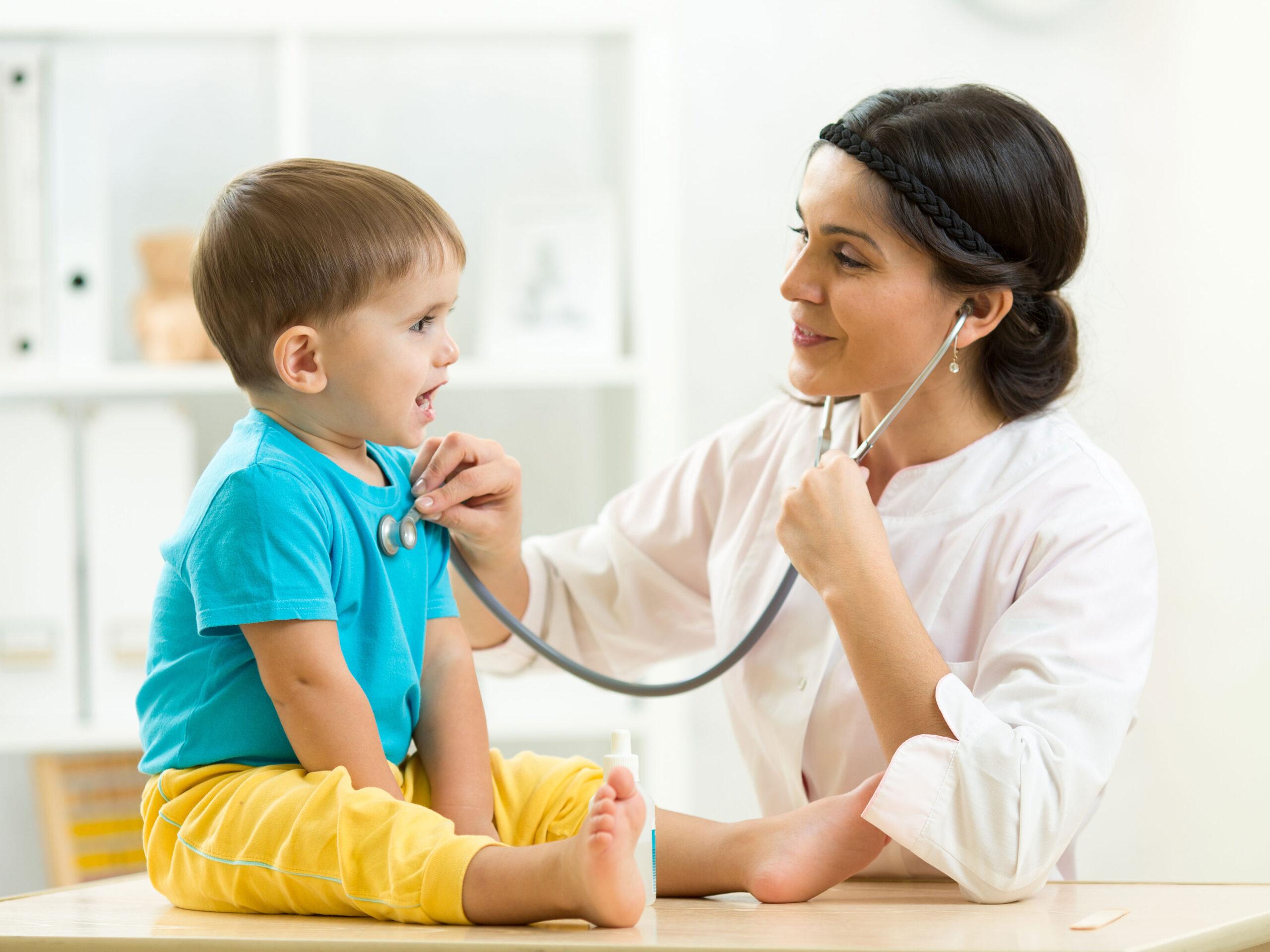 Vizita-la-pediatru-şisau-nutriţionist-şi-evaluarea-bebeluşului