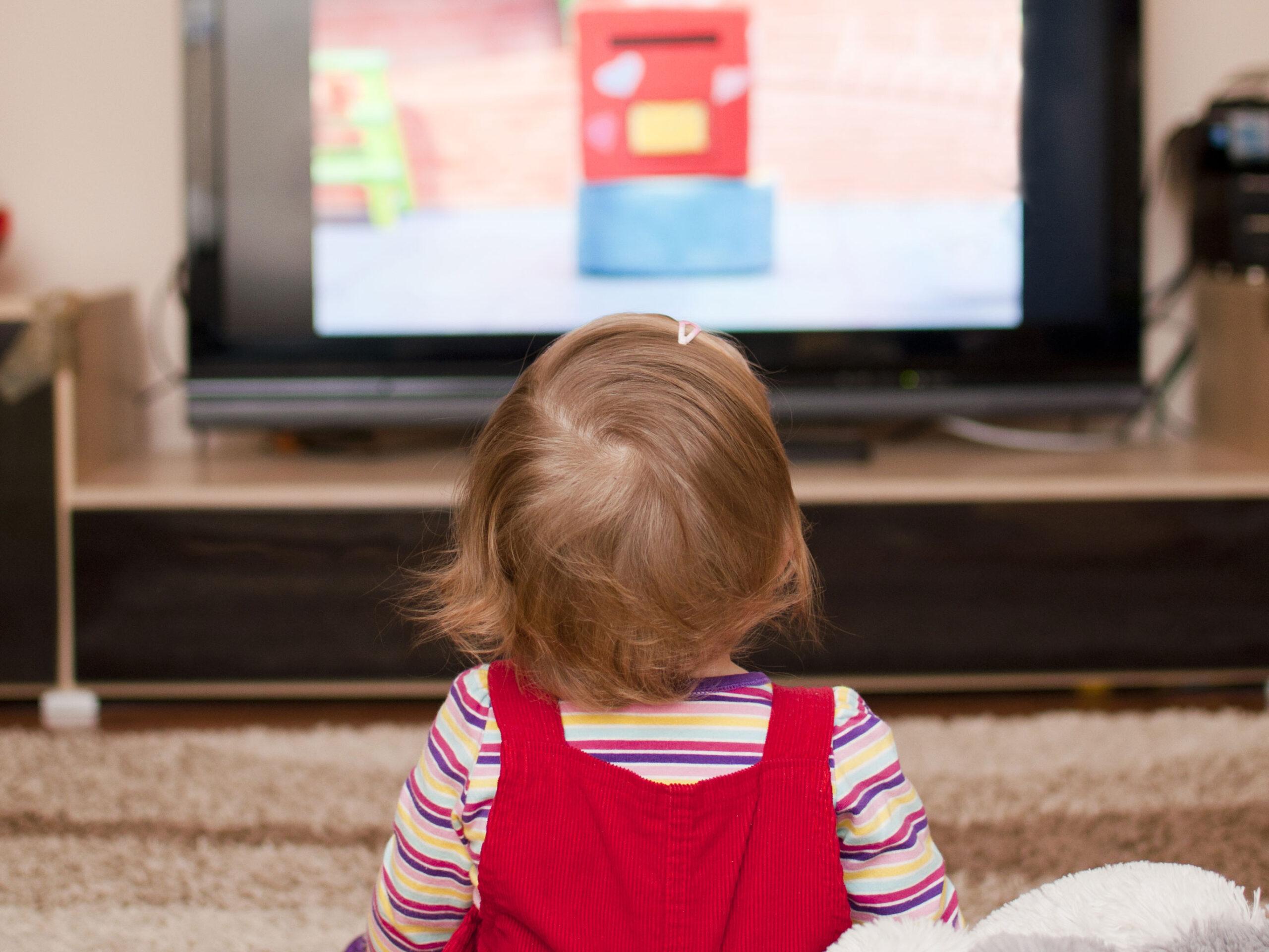 Cum-înlocuiesc-copiii-desenele-animate-cu-clipuri-educative,-în-perioada-pandemiei